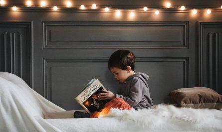 Criança lendo em inglês
